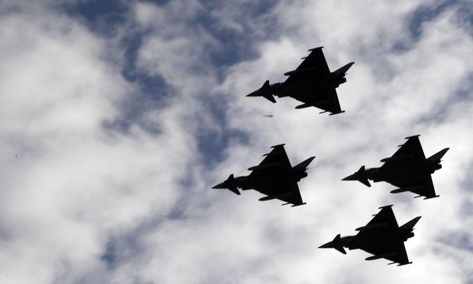 Seit 2007 überwachen die Eurofighter den heimischen Luftraum. Minister Doskozil wollte diese Ära beenden und neue Flugzeuge anschaffen. Schwarz-Blau will eine internationale Expertenkommission einsetzen, die klären soll, wie es weiter geht.