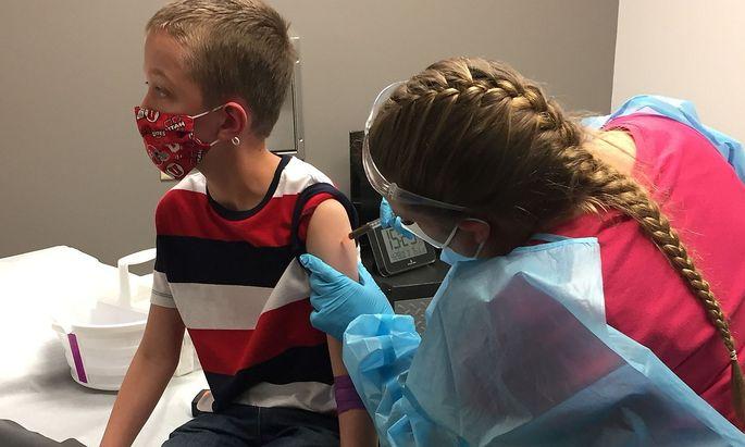 Dieser Bub ist Teil der Moderna-Studie über die Wirksamkeit des Covid-Impfstoffs an noch Jüngeren. Bei den Zwölf- bis 17-Jährigen ist man in den Studien schon einen Schritt weiter und will die Zulassung in den USA beantragen.