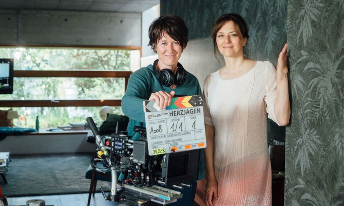 """""""Mir wurde klar: Ich schreibe eine Geschichte für genau diese Frau"""", sagt Drehbuchautorin und Regisseurin Elisabeth Scharang (l.) über Martina Gedeck, die Hauptdarstellerin in ihrem neuen TV-Film """"Herzjagen"""", der von Lotus-Film, ORF und BR produziert wird."""