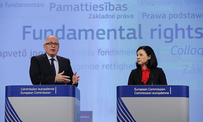 EU-Kommissionmitglieder Frans Timmermans und Vera Jourova wollen Antisemitismus in Europa härter strafen.