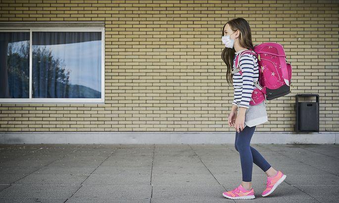 Symboldbild: Schülerin mit Maske