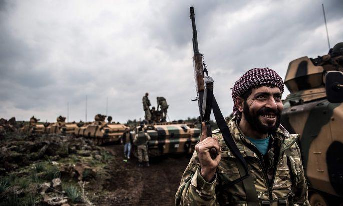 Türkisches Militär beim Vormarsch auf die syrische Grenze. Am Sonntag drang die Armee mit Panzern und Bodentruppen in das Bürgerkriegsland ein.