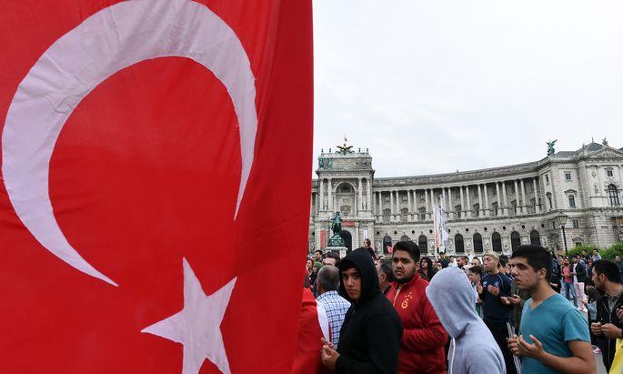Wer die österreichische Staatsbürgerschaft annimmt, muss die türkische aufgeben – daran halten sich aber nicht alle.