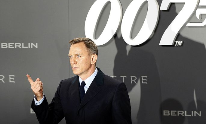 Actor Craig poses for photographers on the red carpet at the German premiere of the new James Bond 007 film ´Spectre´ in Berlin
