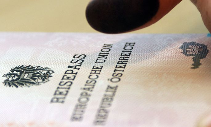 Symbolbild: Reisepass mit Fingerabdruck