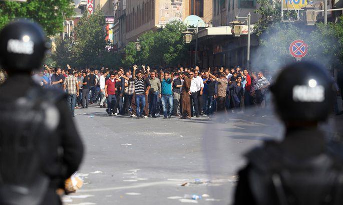 Unruhen in Kurdenregion des Irak. Wütende Demonstranten marschieren in der Stadt Suleimanija auf.