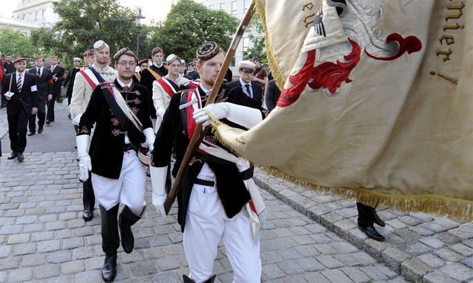 Burschenschafter im Rahmen des 'Totengedenken' am Dienstag, 8. Mai 2012 auf dem Weg zum Heldenplatz