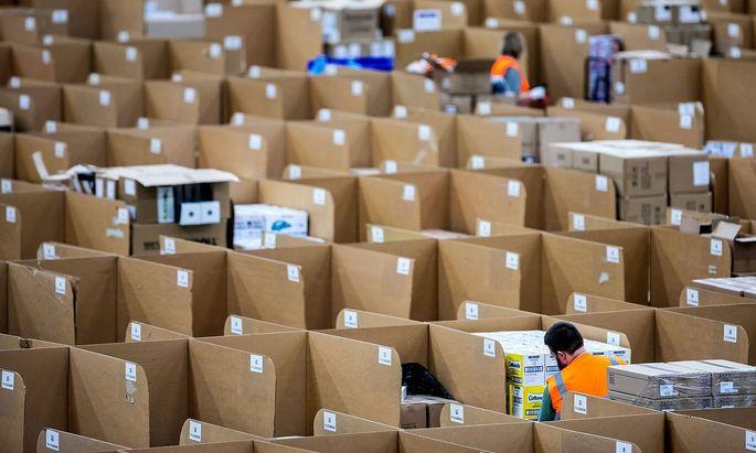 Auch EU-Kommission untersucht die Praktiken von Amazon (im Bild ein Logistikzentrum im deutschen Rheinberg).