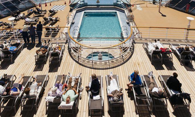 Arbeitsplatz Schiff: Hunderte Hände sorgen für die unbeschwerte Zeit an Deck.