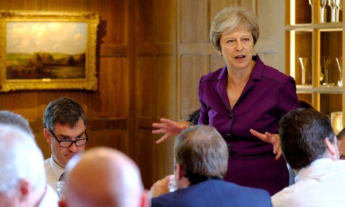 Theresa May stimmt ihr Kabinett auf einen weichen Brexit ein
