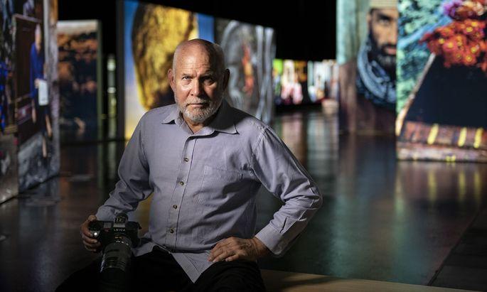 Der amerikanische Magnum-Fotograf Steve McCurry in seiner Ausstellung in Graz.