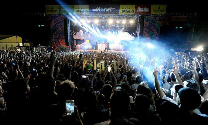 Beim Auftritt von Yung Hurn musste der Bereich um die FM4-Bühne wegen des großen Andrangs kurzfristig abgeriegelt werden.