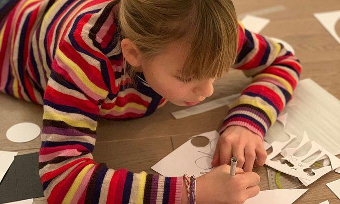 Die neunjährige Zita beim Testen der Box. Die Materialien sind hochwertig.