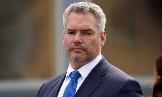Innenminister Karl Nehammer (ÖVP) weist den Vorwurf zurück, dass sich Österreich nicht an die Europäische Menschenrechtskonvention halten.