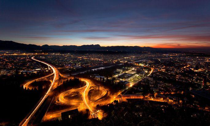 Autobahnkreuz bei Nacht =