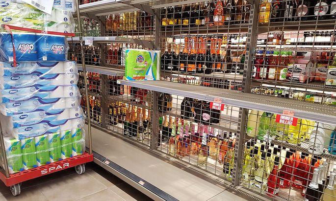 Leeres Supermarktregal in Zeiten von Corona
