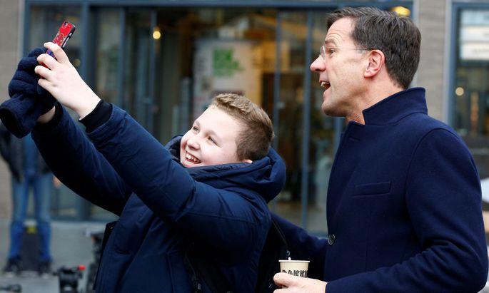 Charmant, populär, bürgernah: Mark Rutte, der rechtsliberale Regierungschef in Den Haag, hat trotz wahrscheinlicher Einbußen gute Chancen auf eine Wiederwahl.