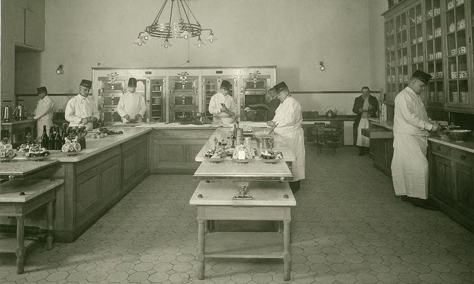 Ein Blick in die kaiserliche Küche: die Zuckerbäckerei in der Neuen Burg, um 1900.