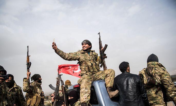 Ein Selfie vor dem Einsatz in Afrin. Syrische Rebelleneinheiten ziehen für die Türkei in die Schlacht gegen kurdische Milizen.