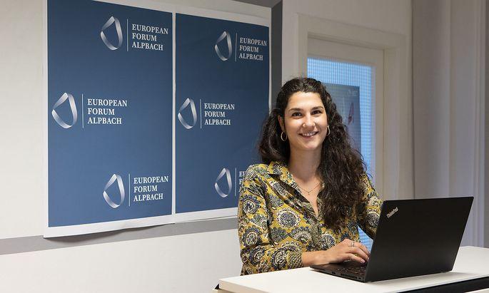 """""""Onboarding"""": Marina Bartoletti begrüßt von Wien aus per Webcam die Sprecher der nächsten Forums-Session."""