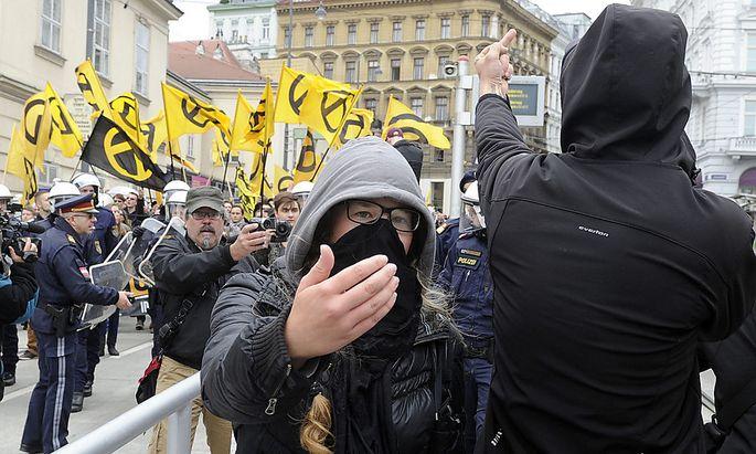 Bild vom vergangenen Samstag: Die Polizei zwischen linken und rechten Demosntranten