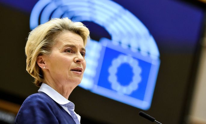 FILE PHOTO: EU lawmakers and Commission discuss rule of law and bugdet