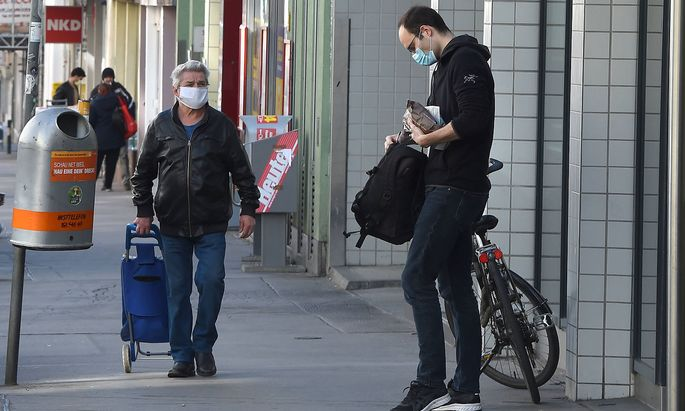 (200401) -- VIENNA, April 1, 2020 -- Citizens wearing facial masks are seen in front of a supermarket in Vienna, Austria