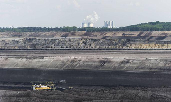 Das Kraftwerk Schwarze Pumpe ist am 12 05 2016 bei Welzow Deutschland hinter dem Braunkohlentagebau
