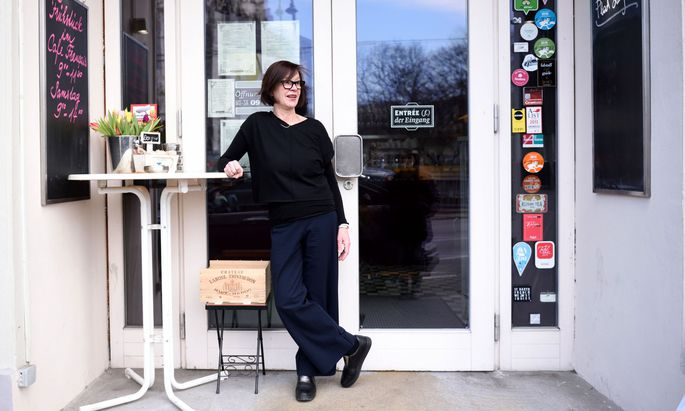 Heimweh? Nein, in keine der beiden Richtungen. Susanna Fritscher, Wahl-Französin seit 34 Jahren, bei einem ihrer Wien-Aufenthalte vor dem Cafe Français.