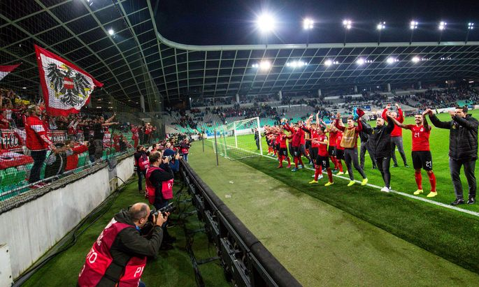 Österreichs nach Laibach mitgereiste Fans feierten die Mannschaft nach dem Auswärtssieg auch noch eine halbe Stunde nach Schlusspfiff.