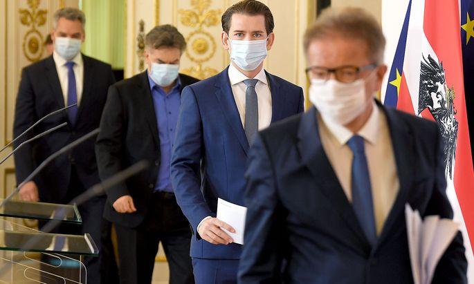 Der Mundschutz hält bei Karl Nehammer, Werner Kogler, Sebastian Kurz und Rudolf Anschober (v. li.) schon gut. Ob die Verordnungen der Regierung vor dem Verfassungsgerichtshof halten werden, ist hingegen fraglich.