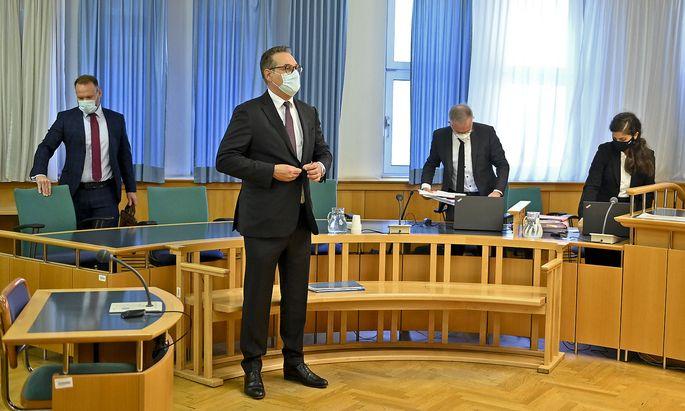 Am zweiten Tag des Strache-Prozesses (Bild links: Anwalt Johann Pauer, rechts: die Vertreter der WKStA, Bernhard Weratschnig und Silvia Thaller) kamen die ersten Zeugen zu Wort.