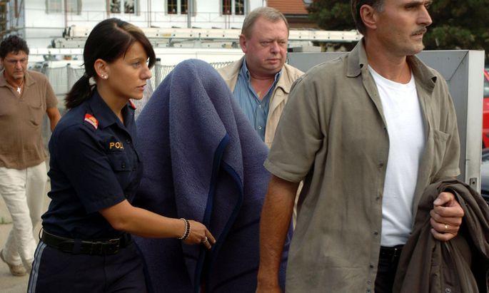 Ein historischer Moment eines historischen Kriminalfalls: Natascha Kampusch wird in Strasshof von einer Polizistin begleitet.