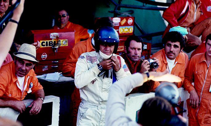"""Verschenkt. Steve McQueen überließ seinem Chefmechaniker die Heuer """"Monaco Referenz 1133"""" aus dem Film """"Le Mans"""". Die auffällige Rechteckuhr ist am Arm des Hollywoodstars gut zu erkennen."""