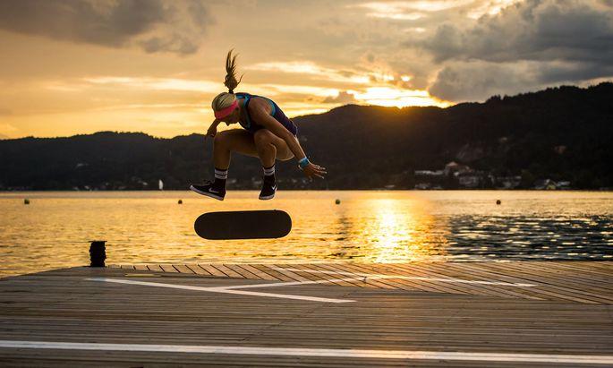 Nicht immer ist es so idyllisch wie hier in Pörtschach, wenn Julia Brückler ihr Skateboard ausführt – das Gefühl aber ist überall gut.