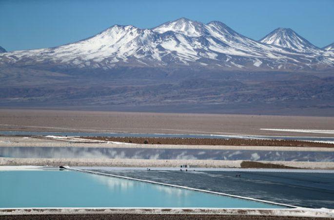 Blick auf ein Solebecken einer Lithiummine in Chile.