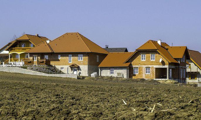Neu gebaute Haeuser am Land Feld Acker Oesterreich NIederoesterreich Weinviertel *** Newly built h