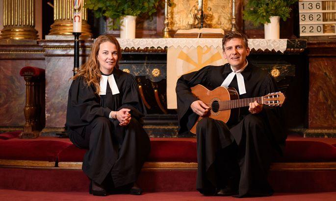 Julia und Pfarrer Wilfried bereiten die Lieder für Pfingsten vor.