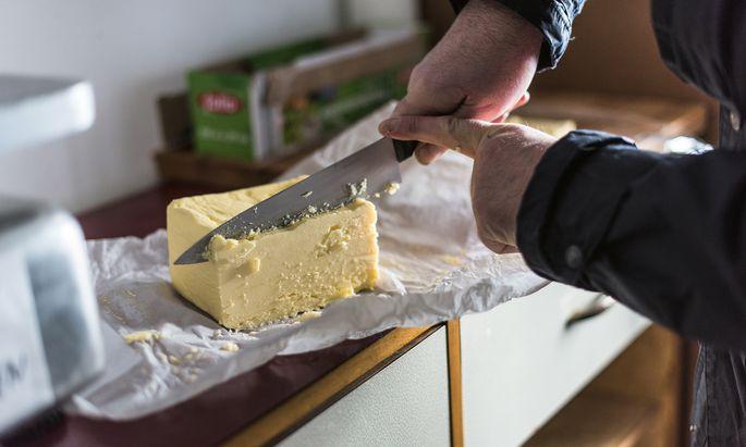 Selbstbedienung. Butter zählt als Vorrat, nicht als Frischware, und kann daher jederzeit abgeholt werden.