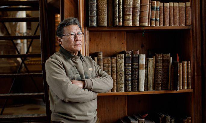"""""""Tag und Nacht verfolge ich die Entwicklungen in meiner Heimat"""", sagt der Autor Hu Fayun."""