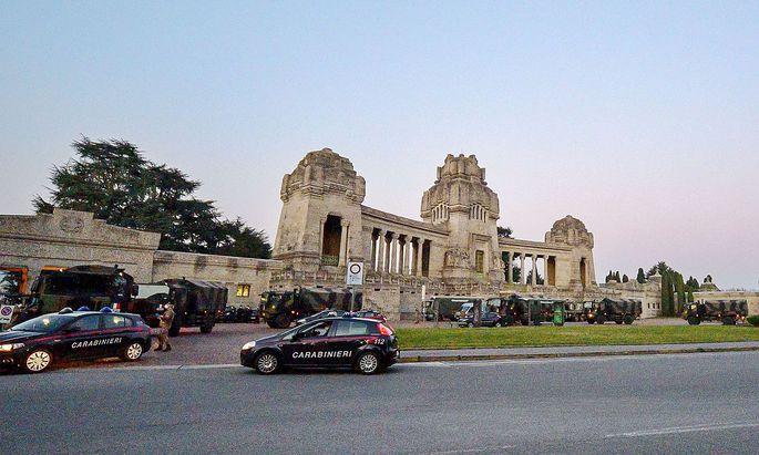 Militär und Polizei im Einsatz vor einem Friedhof in Bergamo