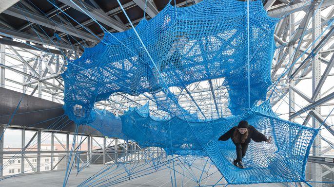 Ein Netz donaublauer Linien führt in ein herrlich abgesichertes Ungewisses: die Installation des in Wien und Zagreb sesshaften Kunstkollektivs Numen/For Use auf dem Dach des Parkhauses neben dem OK-Centrum in Linz.