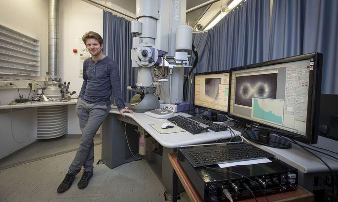 Klassische Elektronenmikroskopie reicht nicht, wenn Georg Haberfehlner seine Proben durchleuchtet. Er kombiniert Methoden, um jedes Atom zu sehen.