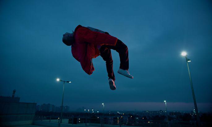 Flug über die Industrielandschaft? Beim Videodreh hing Lou Asril an einem Kranhaken.
