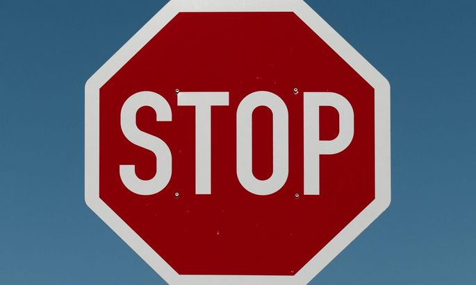 Dass man bei Stopptafeln stehen bleiben muss, darf als bekannt vorausgesetzt werden. Aber wann darf man wieder losfahren?