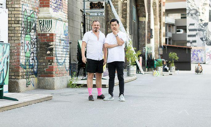 """Martin Ho (rechts) zu Gast bei Stefan Stürzer – vor dem """"Werk"""" auf der Spittelauer Lände."""