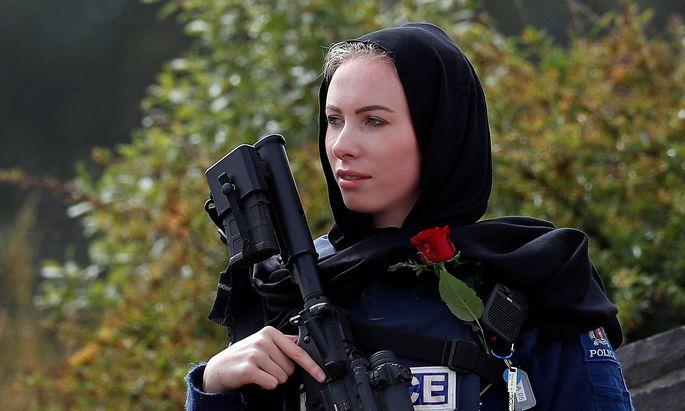 Eine neuseeländische Polizistin während der Begräbnisfeierlichkeiten für die Terroropfer von Christchurch