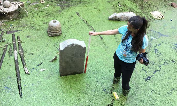 Forschung in Gummistiefeln. Nach dem Erdbeben dokumentierte Nina Mirnig die teilweise überfluteten Inschriften vor Ort: Sie fotografierte sie und maß sie ab.