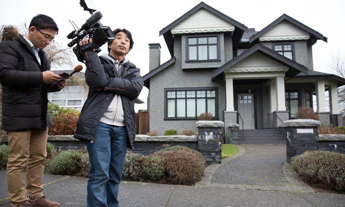 Chinas Medienvertreter warten vor dem Haus der verhafteten Huawei-Finanzchefin, Meng Wanzhou, in Vancouver.
