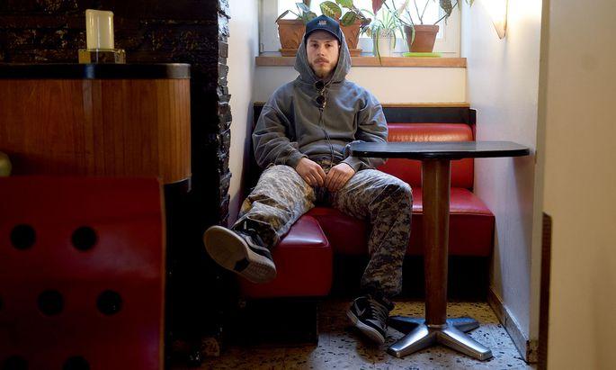 """""""Gehe gern an meine Grenzen"""": YouTuber MaxaMillion fordert sein Umfeld, auch das Personal im Café Espresso in der Burggasse, drei Tage vor der behördlichen Schließung."""